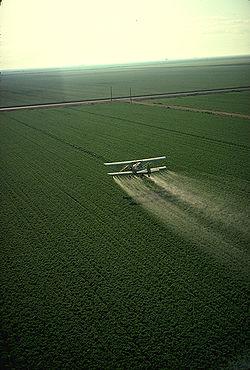 Épandage aérien de pesticides. Ce mode d'épandage est celui qui est le plus susceptible de polluer l'air. Il est peu utilisé en Europe, mais fréquent aux États-Unis