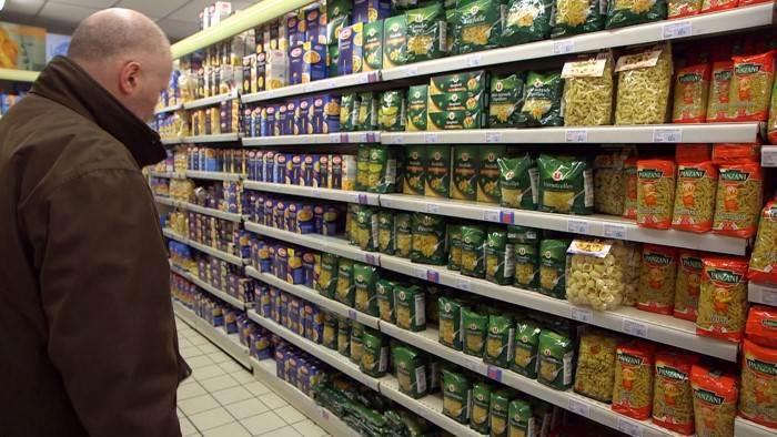 Un linéaire de pâtes dans un magasin.