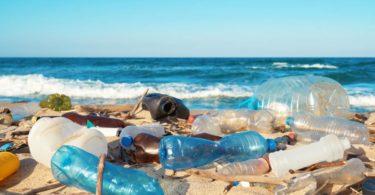 Déchets de plastique sur la plage